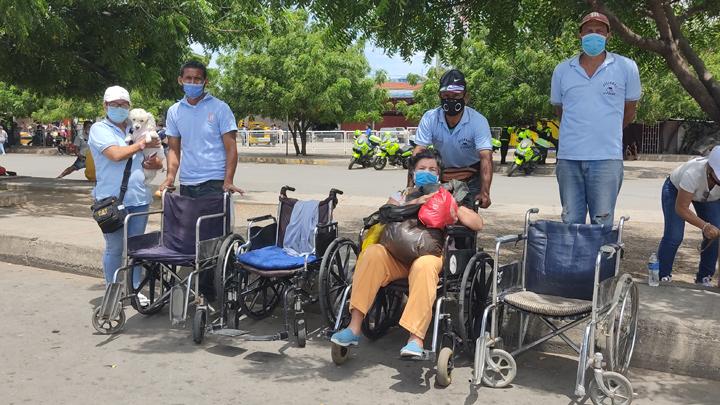 Silleros La Parada es una asociación integrada por ocho venezolanos que se ganan el sustento transportando pacientes, personas con discapacidad y de la tercera edad por el puente Simón Bolívar. / Foto: Leonardo Favio Oliveros